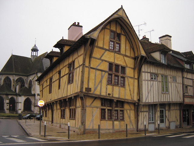 Les maisons à pans de bois font le charme de la ville.