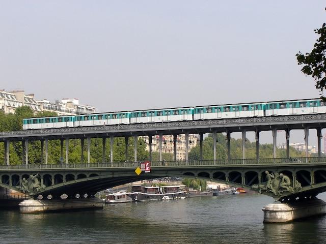 À quelques endroits, et notamment pour traverser la Seine, le métro est aérien.