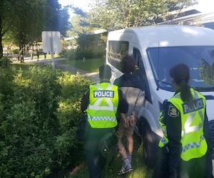 Le jeune homme été menotté et amené par les policiers du SPVQ.