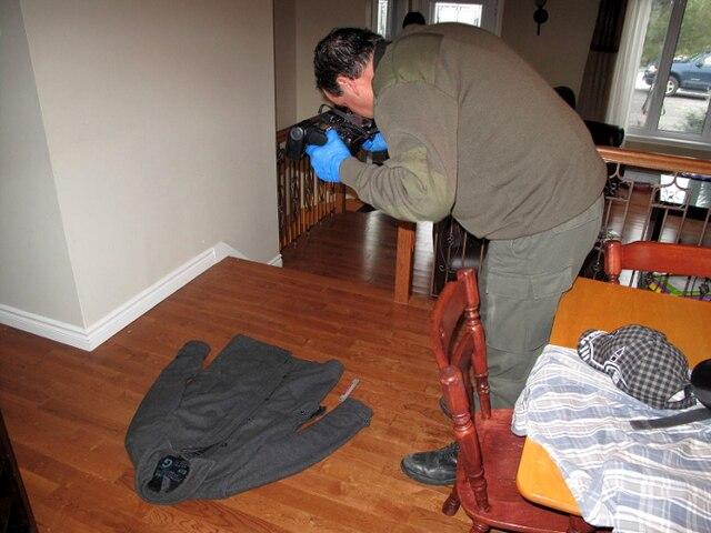 Après quatre heures de perquisition, les enquêteurs de la Sûreté du Québec sont ressortis de la maison du journaliste avec des sacs contenant des vêtements et des documents.