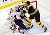 Les Bruins de Boston ont bien amorcé la défense de leur titre, jeudi soir. On voit ici leur capitaine défenseur Zdeno Chara rudoyer Brooks Laich, des Capitals, devant le but gardé par Tim Thomas.
