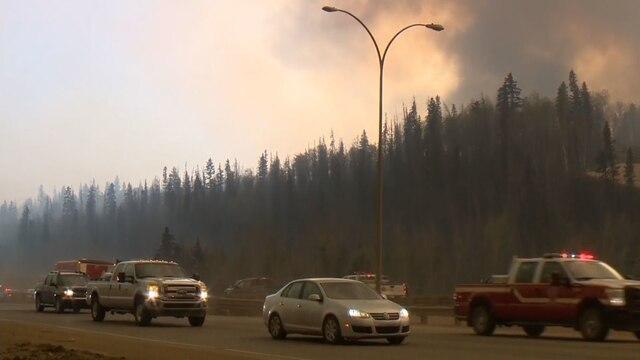 Le feu de forêt qui fait rage dans la ville pétrolière de Fort McMurray, en Alberta, s'est intensifié mardi le 3 mai 2016, forçant l'évacuation de tous les quartiers du sud du centre-ville.  CAPTURE D'ÉCRAN GLOBAL NEWS/AGENCE QMI