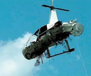 L'épave du Robinson R44 a été transportée par hélicoptère samedi.