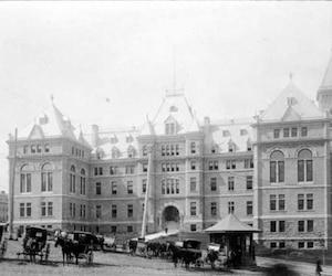 Hôtel de ville de Québec vers 1898, BAnQ, Fonds J. E. Livernois Ltée.