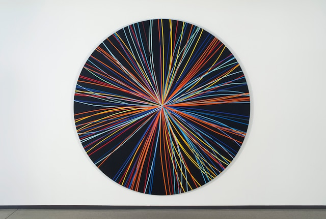 Production de masse Tondo 1, 2014. Acrylique sur toile / 94 pouces de diamètre (238,76 cm). Les résultats les plus surprenants de Baier proviennent de durs labeurs et de données solides.