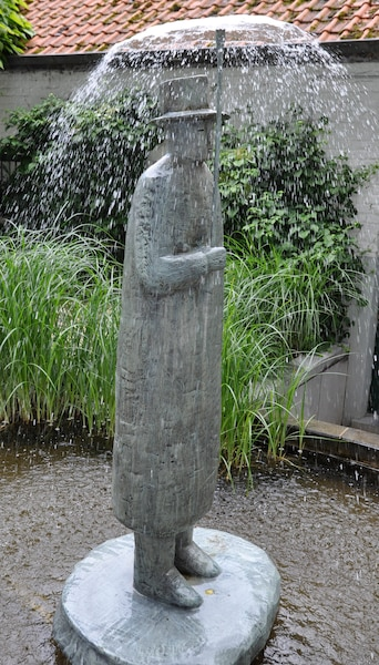 Une sculpture de Folon dans l'une des cours de la Fondation Folon.