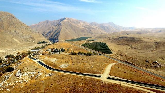 À Bakersfield, en Californie, les fermes et boisés verts cotoîent l'impitoyable désert.