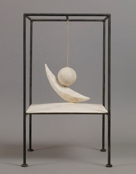 Alberto Giacometti, Boule suspendue, 1930-1931. Plâtre, métal peint et ficelle, 60,6 x 35,6 x 36,1 cm © Succession Alberto Giacometti/ SODRAC pour le Canada (2018)