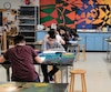 La commission scolaire du Fleuve-et-des-Lacs, qui dessert les secteurs de Trois-Pistoles et du Témiscouata dans le Bas-Saint-Laurent, est l'une des meilleures de la province même si la majorité de ses élèves sont issus de milieux défavorisés. Sur la photo, des élèves dans une classe d'arts plastiques de l'école secondaire de la Vallée-des-Lacs, à Saint-Michel-du-Squatec.