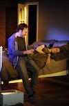 Nerveuse quand elle réalise qu'Alex (Jean-Michel Girouard), son « ex », entre dans sa chambre, Agathe (Marie-Hélène Gendreau) fait semblant de dormir...