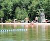 La plage surveillée du camping permet à toute la petite famille de profiter du site en se baignant dans les eaux du lac Saint-Bernard.