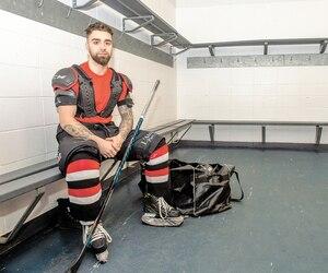 Convaincu qu'un vieil équipement mal entretenu lui a donné la gale quand il était adolescent, Félix Bérubé rappelle aujourd'hui aux joueurs qu'il côtoie de bien nettoyer leur poche de hockey pour éviter des ennuis de santé.