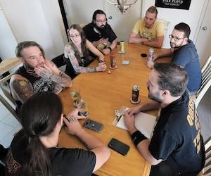 KevinParé Houde (à droite, au bas de la photo) a rencontré, samedi, les membres des quatre groupes (Lancaster Band, Warriors of the North, Archseraph et Tidal Wave) qui monteront sur scène à la mémoire des musiciens décédés, le 3 octobre prochain.