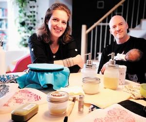 Audrey Mougenot et Marc Francœur, avec bébé Mathis alors âgé de 6 semaines, exposent quelques-uns des produits ménagers zéro déchet qu'ils utilisent quotidiennement. Le couple achète des produits ménagers et ses aliments en vrac.