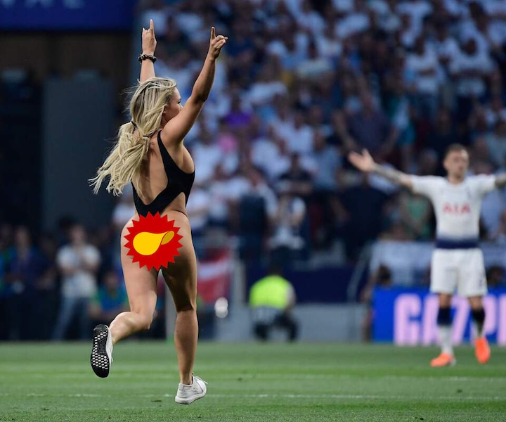 [PHOTOS] Une instagrameuse sexy interrompt un important match de soccer en courant sur le terrain presque nue