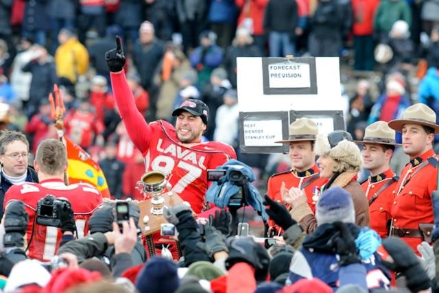 Le Rouge et Or de l'Université Laval festoie après leur victoire de la Coupe Vanier contre les Dino's de l'Université de Calgary.
