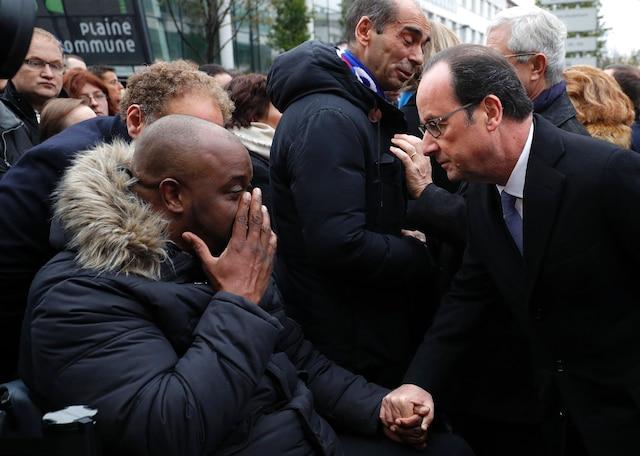 Le président français François Hollande s'est entretenu avec des survivants réunis devant le Bataclan.