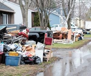 Des citoyens de Sainte-Marthe-sur-le-Lac ont sorti effets personnels, planchers et bouts de mur qui ont été inondés pour éviter la moisissure.