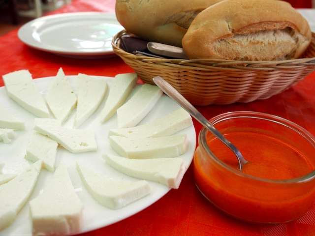 Apéritif local avant d'entamer le repas:  pan, queso y mojo (pain, fromage et mojo).