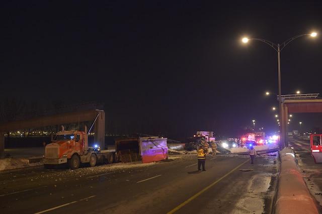 Un camion à benne percute la traversée piétonnière au dessus de la rte 132 direction ouest près de Roland-Therrien à Longueuil. Le chauffeur du camion est transporté vers l'hôpital par mesure préventive (il est monté de lui-même à bord de l'ambulance). Le secteur est bouclé. SQ sur place. ERIK PETERS/AGENCE QMI