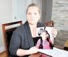 Chantal Gaudreau pose avec la photo de sa fille handicapée pendant que celle-ci est à l'école. Elle appréhende les vacances scolaires, un moment de l'année où il est très difficile de trouver des ressources adéquates à Drummondville.