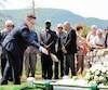Les restes de 21Irlandais décédés lors du naufrage du Carricks, en 1847, ont été portés à nouveau en terre près du Monument des Irlandais, au parc Forillon, hier.