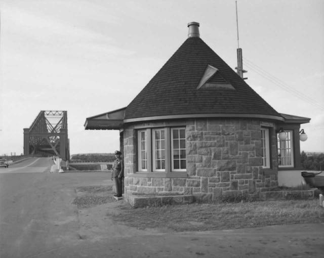 Kiosque de la police à l'entrée sud du pont de Québec en 1951.