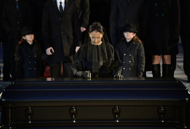La sortie du corps aux funérailles de René Angelil, célébrées ce vendredi après-midi 22 janvier 2016, à la Basilique Notre-Dame, à Montréal. MAXIME DELAND/AGENCE QMI