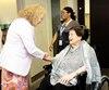La ministre Marguerite Blais qui rencontre larésidente Vatanouche Varvarian lors de l'inauguration de nouveaux locaux du CHSLD de Cartierville, à Montréal, le 4 juillet.