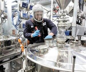 Un travailleur à l'usine d'AP&C de Saint-Eustache, dans les Laurentides. Selon le PDG, Alain Dupont, l'impression 3D est la prochaine révolution industrielle.
