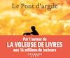 <b><i>Le pont d'argile</i></b><br> Markus Zusak, aux Éditions Calmann-Lévy, 576 pages