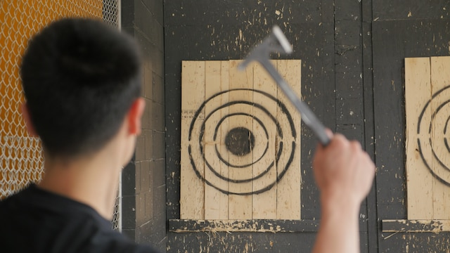 Le centre Sports de Combats permet de s'adonner au lancer de haches.