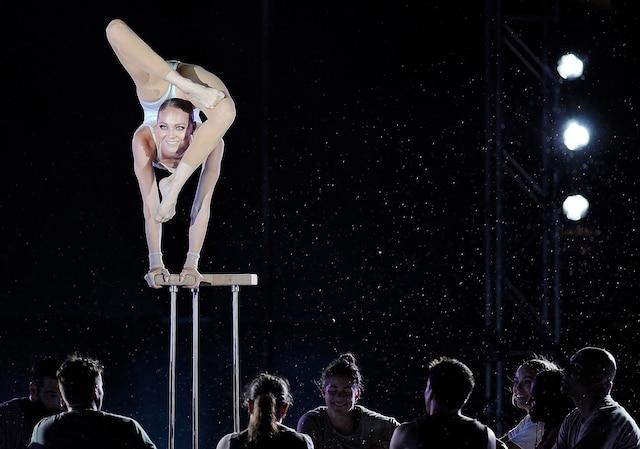 Irina Naumenko a défié habilement la pluie lors de son numéro d'équilibriste-contorsionniste.