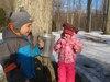 Hubert et sa sœur Alice se régalent en goûtant à la sève d'érable à l'érablière Charbonneau, au mont Saint-Grégoire. Grâce à la météo clémente, les acériculteurs du sud du Québec sont déjà à pied d'œuvre pour débuter le temps des sucres.