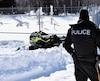 Un policier sur la scène de l'accident où Maxime Plante est mort lorsqu'il a frappé mortellement en motoneige la clôture du poste de vannes de la compagnie Énergir à Sherbrooke.