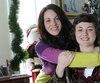 Rosalie (à droite) et sa sœur Élisa profitent du temps passé ensemble. Maintenant, elles savent que la vie est fragile.