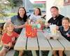 La famille Delorme-Filiatreault, composée des parents Benoit et Marilou ainsi que des enfants Benjamin, 5ans, Samuel, 10ans, et Danaé, 7ans, dit ne pas avoir d'autre choix que d'arrêter souper au McDonald's par manque d'options sur la route.