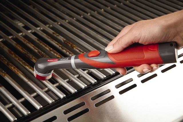 Nettoyer les grilles encrassées d'un barbecue peut s'avérer une tâche assez difficile, mais avec la bonne solution de nettoyage et le Reveal Power Scrubber, les résultats ne se feront pas attendre.