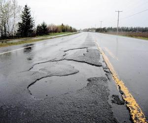 Des galettes d'asphalte se détachent de cette portion de la route 169 à Péribonka, au Lac-Saint-Jean.