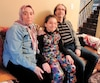Sabrina Comeau, une jeune fille autiste de 9ans, pose en compagnie de ses parents Stéphane Comeau et Badia Kachmar.