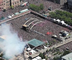 Les Raptors ont été acclamés par une foule en délire au Nathan Phillips Square.