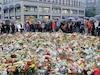 Plusieurs centaines de gerbes de fleurs et des bougies ont été déposées tout près de la cathédrale d'Oslo en mémoire des victimes.