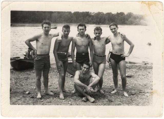 Paul Herczeg (deuxième rangée, deuxième à partir de la droite) avec des amis sur une plage à Montréal, vers 1950.