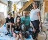 La famille Breton-Lajoie, composée d'Émile, 11ans, Joliane, 14ans, Stéphane, 50ans, et Sophie, 50ans, a beaucoup de travail à faire pour pouvoir réintégrer sa maison de Sainte-Marthe-sur-le-Lac avant la rentrée scolaire.