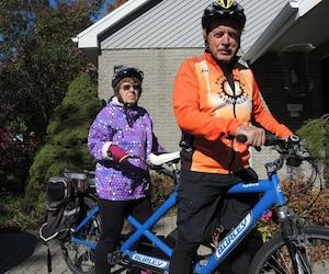 Aurèle Croteau part à vélo à l'occasion avec sa conjointe, Pauline Marquis, avec qui il peut rouler grâce à un tandem, un vélo à deux places.