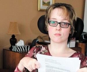 Annie-Kim Charest-Talbot montre la lettre qu'elle a écrite au directeur général pour lui exprimer sa déception.