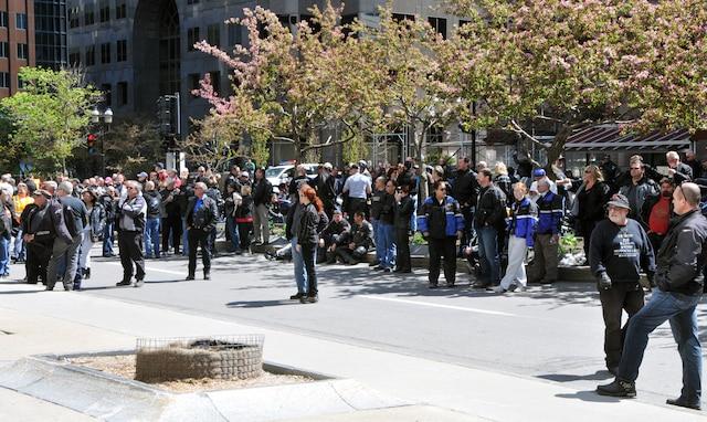 Une manifestation de motocyclistes montr al jdm - Bureau d immigration du quebec a paris ...