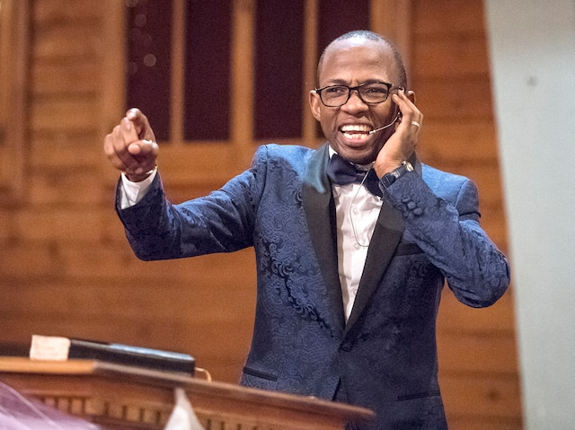 Le pasteur Dieunedort Kamdem mêle dans ses prêches très particuliers des extraits de la Bible et des références à Bill Gates et aux pneus d'hiver.