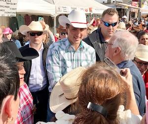 Justin Trudeau a serré plusieurs mains, dont celle de Roger Lessard.