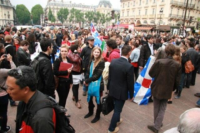 Photos de la manif de ce soir à la Place St-Michel à Paris, dans le 6e arrondissement. Il y avait environ 500 à 600 personnes, surtout des Québécois.  Guy Fournier, Journal de Montréal